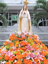 Dâng hoa kính Đức Mẹ