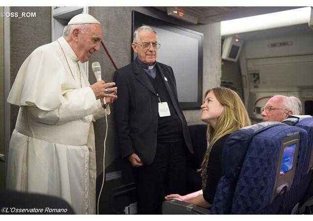 ĐTC trả lời cuộc phỏng vấn của các nhà báo quốc tế trên chuyến bay từ Philadelphia về Roma