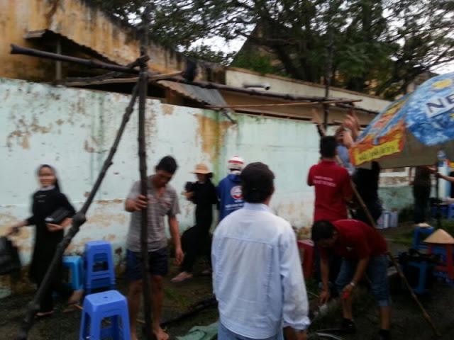 Giáo dân dựng lều che mưa cho các Sơ Dòng MTG Thủ Thiêm