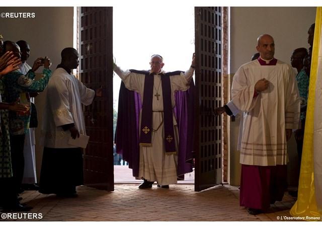 ĐTC Phanxicô mở cửa Năm Thánh Lòng Thương Xót tại nhà thờ chính toà Bangui