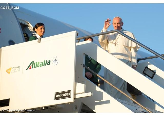 ĐTC bắt đầu lên phi cơ đi viếng thăm 3 nước ở Phi Châu