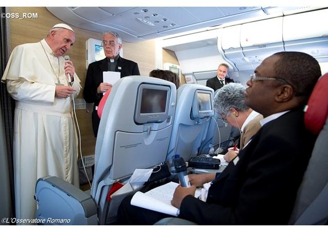 Các ký giả quốc tế phỏng vấn ĐTC Phanxicô trên chuyến bay vể Roma