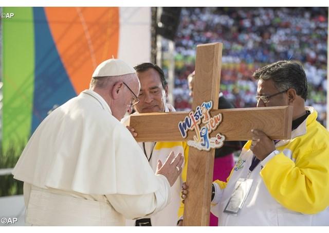 ĐTC làm phép Thánh Giá Ngày Giới Trẻ Toàn Quốc