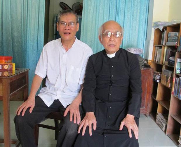 Linh mục Nguyễn Văn Lý (trái) và Linh mục Phan Văn Lợi chụp trong ngày đến thăm Cha Lý vừa ra khỏi nhà tù.