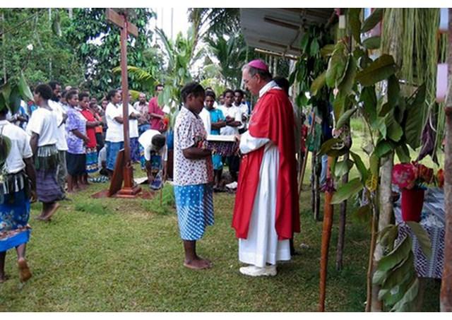 Một Giám mục Papua New Guinea cử hành lễ ngoài trời